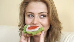 El estómago descompone la comida.