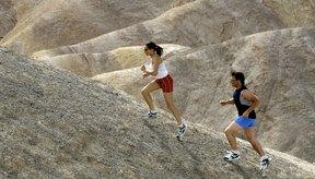 Correr en una inclinación mejora tu fuerza y poder muscular.