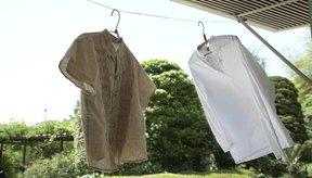 La secadora puede fijar las manchas, por lo que deberías secar al aire libre tu blusa hasta que las manchas desaparezcan.