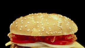 Quita el pan de la hamburguesa para un menor contenido de carbohidratos.