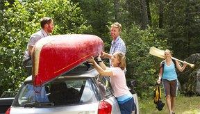 Las rejillas en el techo de tu vehículo facilitan el transporte de canoas.
