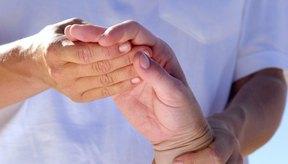 La artritis reumatoide afecta más comúnmente las muñecas y las manos.