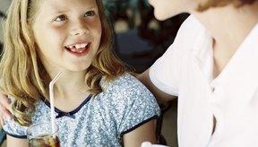 Los padres pueden enseñar a sus hijos acerca de los efectos secundarios de la cafeína y alentar la moderación.