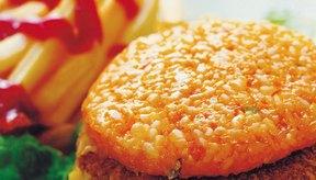 Las hamburguesas son fáciles de preparar con aceite en una sartén.
