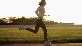 Mujer corriendo en un atardecer.