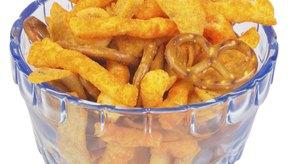 Sirve trozos de pan de pita horneados o palomitas de maíz en lugar de chicharrones para tener un bocadillo más sano.