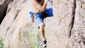 Escalar salientes rocosas requiere técnicas específicas, como el knee-drop y el heel-hook.