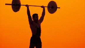 Levantar una barra con mucho peso fortalece los hombros.
