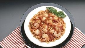 El camarón puede hacerte engordar si lo comes acompañado con una gran porción de pasta.
