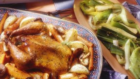 El pollo asado, las patatas y los vegetales verdes proporcionan proteínas, fibras y potasio.