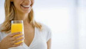 Mujer bebiendo un vaso de jugo.