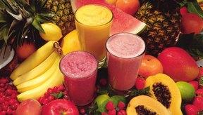 Prepara tus batidos de banana con solo leche y bananas o agrega otras frutas para añadir vitaminas extra.