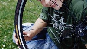 Puedes aprender a enderezar la rueda dañada de tu bicicleta.
