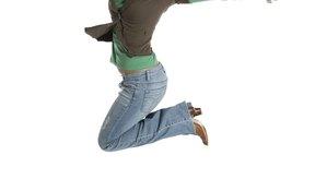 Salta hasta arriba y mueve tus brazos hacia adelante para impulsarte muy lejos.