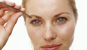 Las cejas sin arreglar pueden darle a tu cara una apariencia mayor y descuidada.