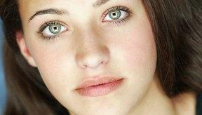 Los colores de delineador como el oliva y el bronce acentuarán suavemente tu color de ojos.
