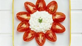Sirve el queso cottage con frutas o vegetales.