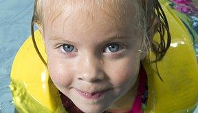 Los niños pequeños con enfermedades leves como un resfrío pueden seguir yendo a nadar.