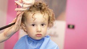 Infante recibiendo un corte de cabello.