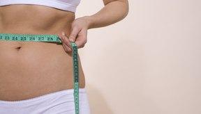 Reducir tu consumo calórico ayuda a perder pulgadas.