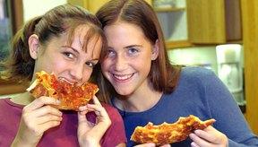 Las adolescentes pueden disfrutar de hamburguesas y papas fritas, pero deberían limitar lo que comen.