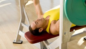 Haz un ejercicio de levantamiento de barra en banca en tu rutina de ejercicio de cuerpo completo para mantener tu condición física.