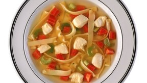 La sopa de fideos con pollo puede ser justo lo que recetó el doctor para tu fiebre.