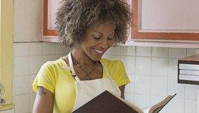 Una mujer leyendo un libro de cocina.