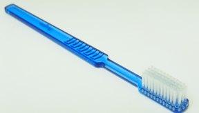 Exfolia la piel con un cepillo de dientes en la ducha.