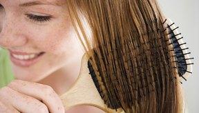 Cepilla tu cabello suavemente, comenzando en las raíces y evitando jalarlo.