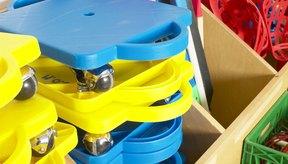 Una motocicleta de gimnasio consta de cuatro ruedas por debajo de un cuadrado de madera o de plástico.