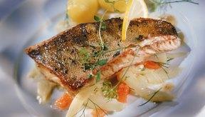 Elije pescados blancos, como el bacalao o el fletán y hiérvelos, cocínalos al vapor o a la plancha.