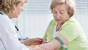 La hipocolesterolemia se manifiesta como un bajo nivel de colesterol total en la sangre.