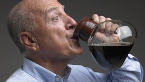 En general los niveles elevados de cafeína no causan daños en el hígado.