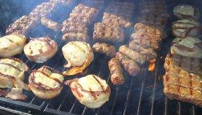Una barbacoa con carne asada.