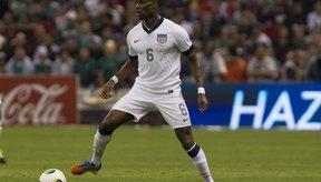 Edu Maurice controla el balón en el partido de clasificación entre EE.UU y México para la Copa del Mundo de 2014.
