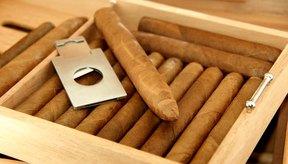 Los puros se cortan con una guillotina y se empacan en una caja de madera.