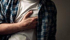 Un ataque al corazón puede causar tanto dolor en el pecho como en la espalda.
