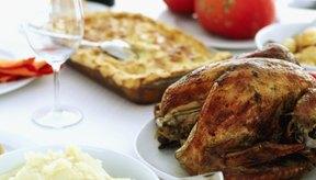 Incluye proteínas como pescado o carne y al menos dos vegetales.