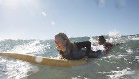 Un surfista practica levantarse en una ola.