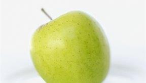 Una mujer suele comer manzana verde sobre un plato.