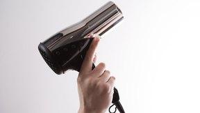 Usa un secador para agregar volumen a los peinados cortos.