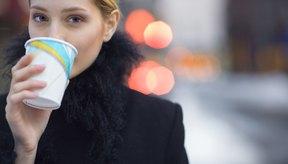 El café con cafeína puede hacer que tu garganta infectada se sienta seca.