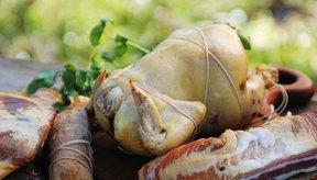Las carnes y pescados frescos en una mesa del patio trasero están listas para ser ahumadas.