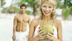 El agua de coco aporta 46 calorías por porción y contiene vitaminas y minerales.