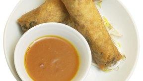 Los atracones de comida suelen incluir alimentos ricos en sodio, como comidas rápida o aperitivos salados.