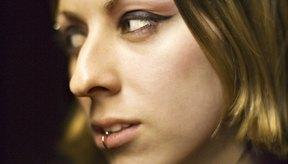 El piercing del labio es una tendencia de moda.