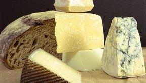 Los quesos curados, entre más tiempo tengan, mayores cantidades de tiramina tendrán.
