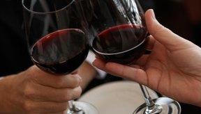 Dos personas bebiendo vino