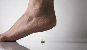 Algunos dolores en el pie pueden sentirse como pisar una tachuela.